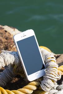 ホーサーの上に置かれたスマートフォンの写真素材 [FYI04916624]