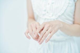 女性の手の写真素材 [FYI04916636]