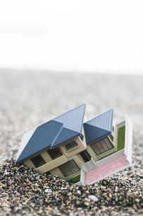 砂に埋まる住宅模型の写真素材 [FYI04916638]