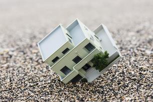 砂に埋まる住宅模型の写真素材 [FYI04916640]