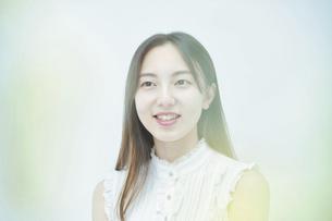 リラックスした笑顔を見せる若い女性の写真素材 [FYI04916662]