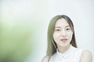 リラックスした笑顔を見せる若い女性の写真素材 [FYI04916663]