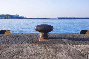 城ヶ島を見晴らす三崎港のボラード(船を繋留するため地面から突き出した杭)の写真素材 [FYI04916668]