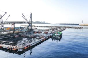 海辺の風景 港に係留された生け簀(養殖施設)の写真素材 [FYI04916700]