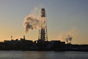 姫路/フェリーから見た朝日に輝く工業地帯の写真素材 [FYI04916827]