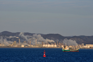 姫路/フェリーから見た朝日に輝く工業地帯の写真素材 [FYI04916844]