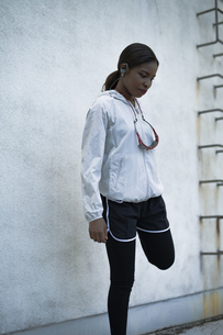 ストレッチをするアフリカ系外国人女性の写真素材 [FYI04916870]