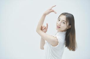 優雅に踊る若い女性の写真素材 [FYI04916875]