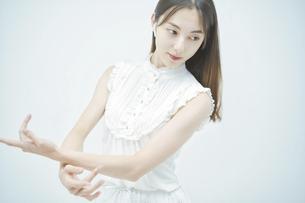 優雅に踊る若い女性の写真素材 [FYI04916881]