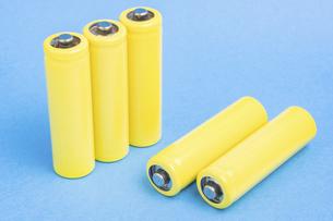 【産業】黄色の乾電池 青背景 の写真素材 [FYI04916882]