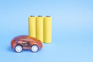 【EV】電気自動車と電池 青背景の写真素材 [FYI04916883]