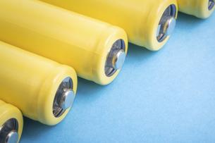 【産業】黄色の乾電池 青背景 の写真素材 [FYI04916884]