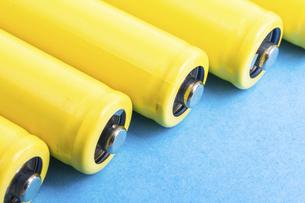 【産業】黄色の乾電池 青背景 の写真素材 [FYI04916887]