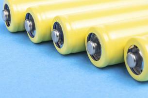 【産業】黄色の乾電池 青背景 の写真素材 [FYI04916902]