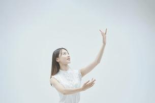 優雅に踊る若い女性の写真素材 [FYI04916980]
