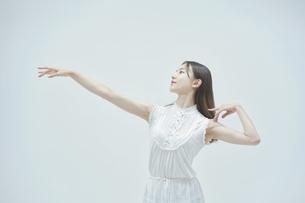 優雅に踊る若い女性の写真素材 [FYI04916983]