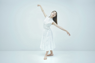 優雅に踊る若い女性の写真素材 [FYI04916984]