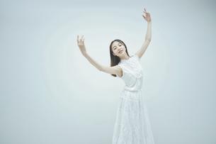 優雅に踊る若い女性の写真素材 [FYI04916989]