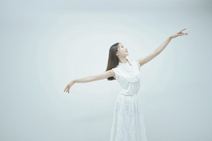 優雅に踊る若い女性の写真素材 [FYI04916995]