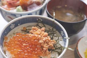 北海道函館朝市のワンコイン海鮮丼 - 鮭いくらの親子丼の写真素材 [FYI04916997]