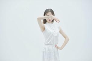 優雅に踊る若い女性の写真素材 [FYI04917017]