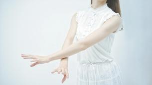 優雅に踊る若い女性の写真素材 [FYI04917019]