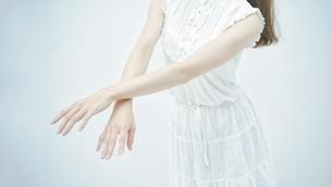 優雅に踊る若い女性の写真素材 [FYI04917026]