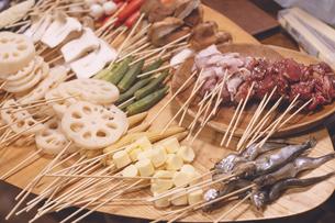 串揚げパーティーのたくさんの具材が乗ったお皿の写真素材 [FYI04917037]