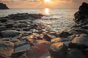 10月 伊豆半島城ケ崎の岩礁美と夜明けの写真素材 [FYI04917040]