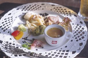 おしゃれカフェのイタリアンプレートとグラスピール - 北海道函館の写真素材 [FYI04917103]