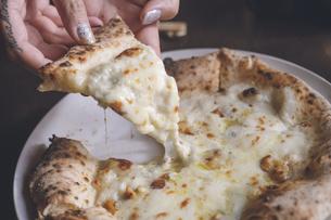 おしゃれイタリアンのクアトロフォルマッジ(4種のチーズのピザ) - 北海道函館の写真素材 [FYI04917107]