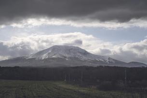 冠雪した山と北海道の雄大な大自然の景観の写真素材 [FYI04917153]