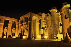 ルクソール神殿のライトアップの写真素材 [FYI04917188]