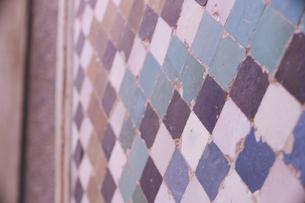 イスラム建築のタイル貼りの壁:スペイン世界遺産グラナダのアルハンブラ、アルバイシン地区の写真素材 [FYI04917279]