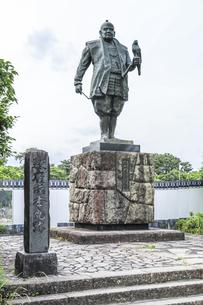 駿府城本丸跡に立つ徳川家康像の写真素材 [FYI04917310]