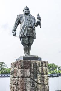 駿府城公園に立つ徳川家康鷹狩り像の写真素材 [FYI04917312]