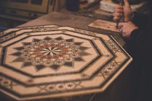伝統工芸の寄木細工(タラセア)の美しい装飾 - スペイン世界遺産グラナダのアルハンブラ宮殿の写真素材 [FYI04917322]