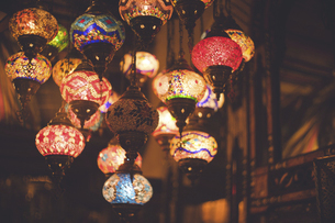 アラブ風のランプの店 - スペイングラナダ アルバイシン地区のおみやげ屋さんの写真素材 [FYI04917339]