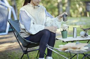 ソロキャンプをする若い日本人女性の写真素材 [FYI04917375]