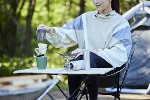 ソロキャンプをする若い日本人女性の写真素材 [FYI04917377]