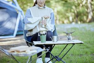 ソロキャンプをする若い日本人女性の写真素材 [FYI04917378]