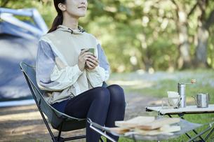 ソロキャンプをする若い日本人女性の写真素材 [FYI04917379]