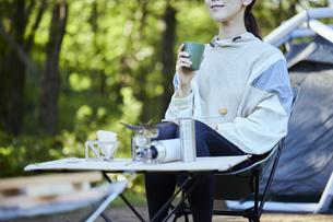 ソロキャンプをする若い日本人女性の写真素材 [FYI04917380]
