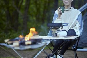 ソロキャンプをする若い日本人女性の写真素材 [FYI04917382]