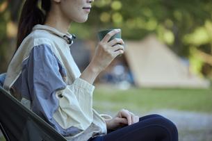 ソロキャンプをする若い日本人女性の写真素材 [FYI04917383]