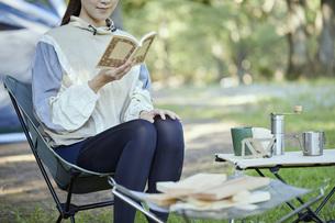 ソロキャンプをする若い日本人女性の写真素材 [FYI04917384]