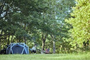 ソロキャンプをする若い日本人女性の写真素材 [FYI04917386]