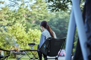ソロキャンプをする若い日本人女性の写真素材 [FYI04917387]