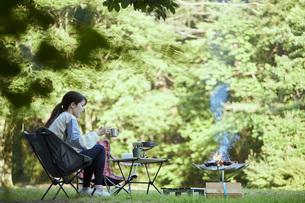 ソロキャンプをする若い日本人女性の写真素材 [FYI04917388]