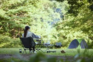 ソロキャンプをする若い日本人女性の写真素材 [FYI04917392]